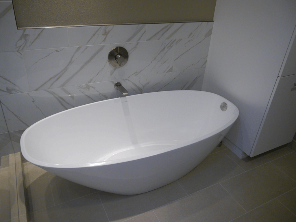 <strong>Small Free Standing Acrylic Tub<strong>