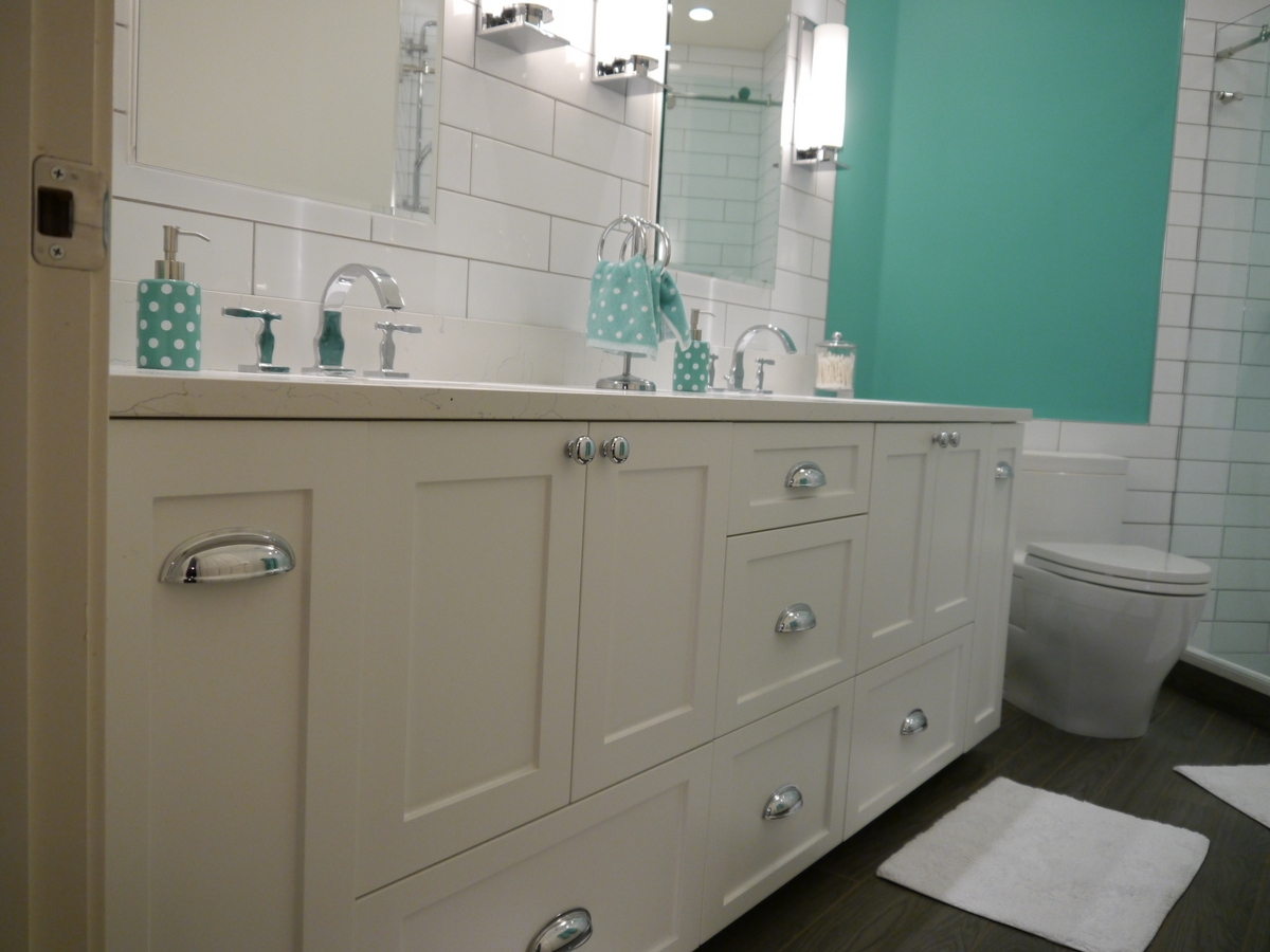 Issaquah Custom Shaker Style Vanity White Satin Foil Cabinet Quartz Countertop With Double Undermount Sinks