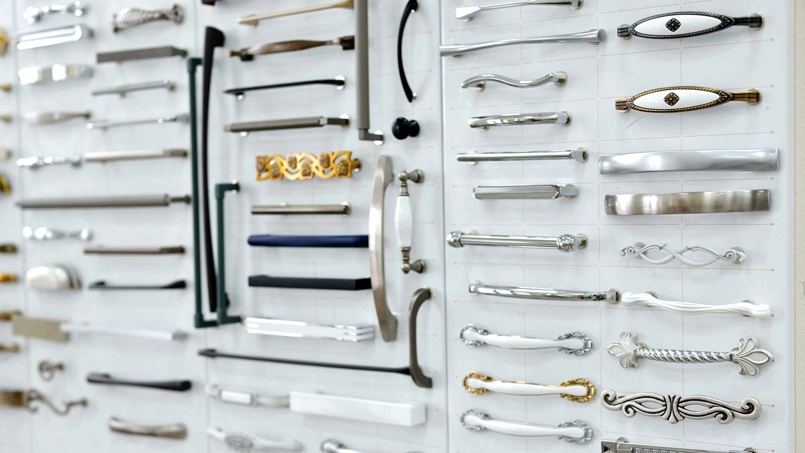 Knobs or pulls? Contemporary or traditional? Here are some tips to picking the right kitchen cabinet hardware.